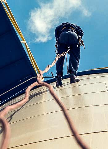 Begutachtung eines Öltank durch Industriekletterer