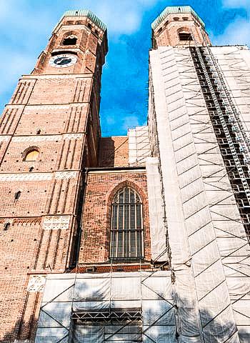 Monatearbeiten an der Frauenkirche in München durch Höhenarbeiter