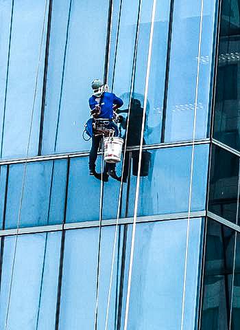 Reinigungsarbeiten an einer Glasfassade durch Industriekletterer