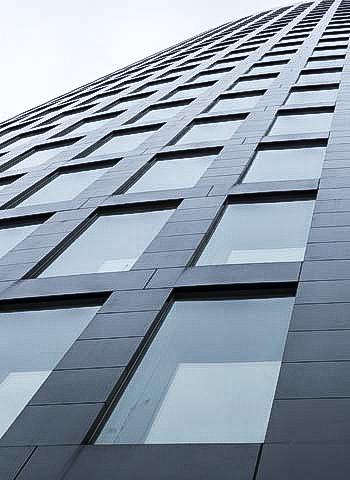 Begutachtung von Fassadenfugen durch Industriekletterer