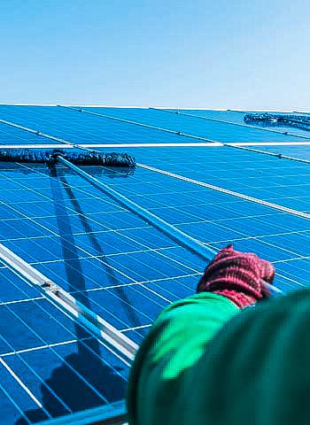 Reinigung einer Solaranlage in Essen durch Industriekletterer