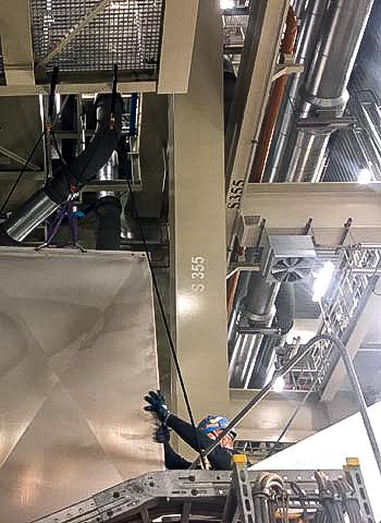 Installation einer Förderbandabdeckung durch die IBE Industrieservice GmbH