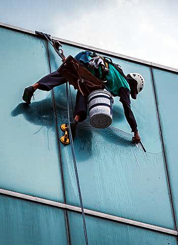 Glasreinigung in Mannheim durch Industriekletterer der IBE Industrieservice GmbH