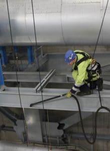 Industriekletterer bei einer Tagwerkreinigung