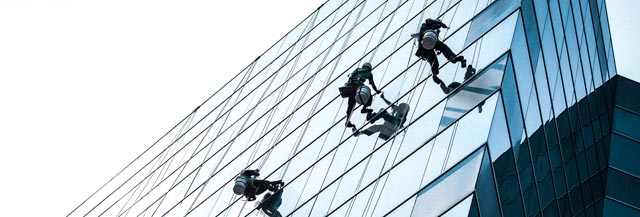 Reinigung mit Seilzugangstechnologie durch Industriekletterer der IBE Industrieservice GmbH