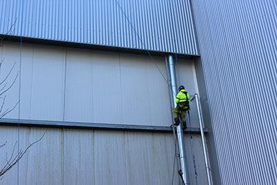 Fassadenreinigung durch Industriekletterer
