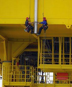 Höhenarbeiten an einer Offshore Windkraftanlage