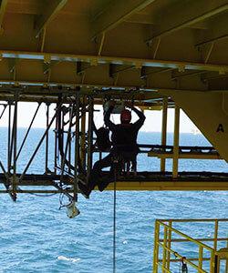 Montagearbeiten an einer Offshoreanlage