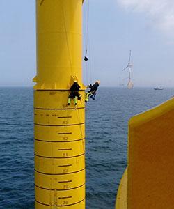 Arbeiten an einer Offshore Windkraftanlage