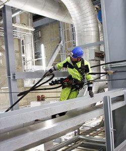 Industriekletterer reinigt Produktionshalle